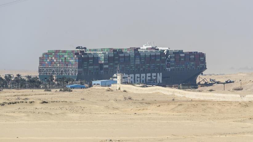"""""""Ever Given"""": Die Arbeiten das Containerschiff """"Ever Given"""" freizulegen dauerten Tage"""