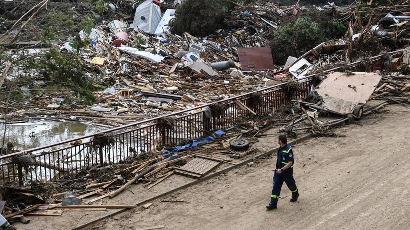Folgen der Flutkatastrophe: Trümmer über Trümmer an einer Brücke im besonders schwer betroffenen Ort Altenahr in Rheinland-Pfalz